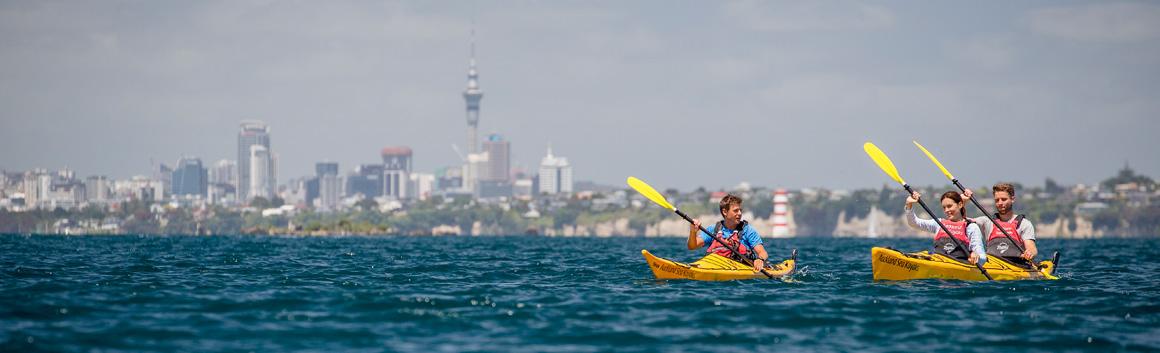 Kayaks vor der Skyline von Auckland