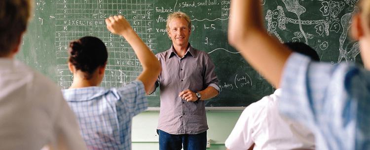 High School Lehrer vor der Klasse