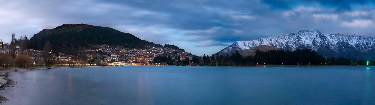 Blick über den Lake Wakatipu Richtung Queenstown (NZ) am Abend