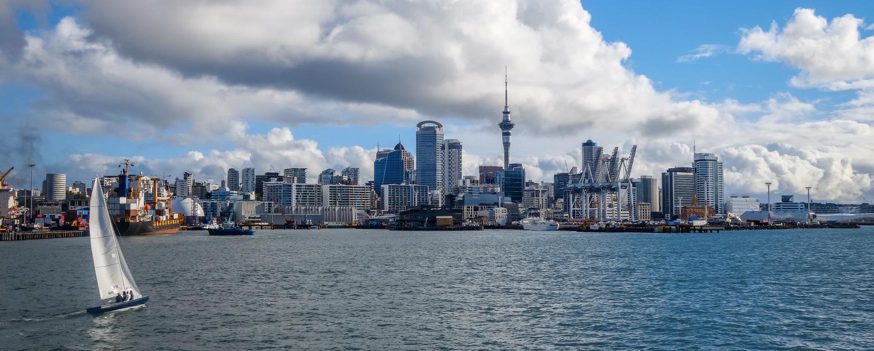Auckland Skyline mit Segelschiff